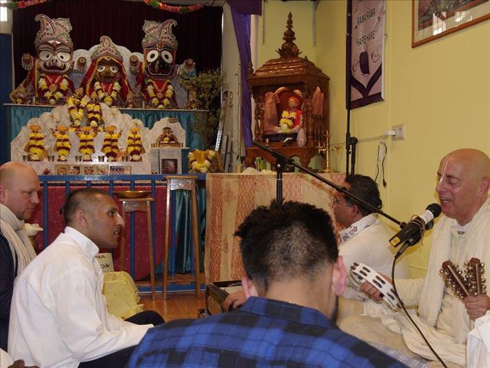 A mantra meditation workshop in the Audarya Dhaam